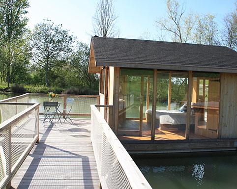 Cabane flottante sur le lac